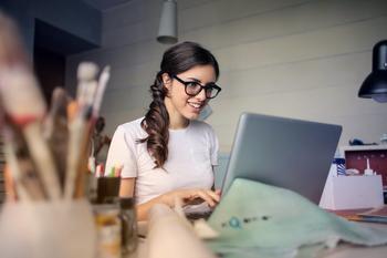 dame som jobber på laptop