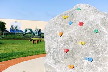 stein med klatrestativ