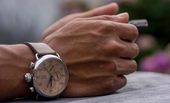 Foldede hender med klokke